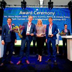 Staatssecretaris Mona Keijzer reikt de Eurostars awards uit tijdens de Innovatie Expo in de Onderzeebootloods in Rotterdam. Foto Rijksoverheid / Bart Hoogveld